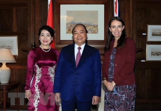 新西兰总理杰辛达?阿德恩(右一)和越南政府总理阮春福与夫人(图源:越通社)