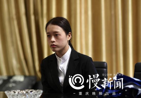 工作中的王馨连一脸肃穆