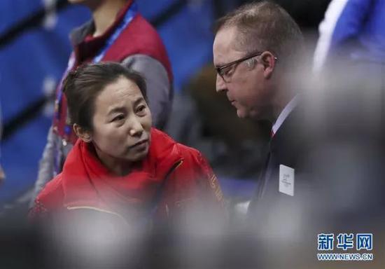 ▲2月20日,中国队主教练李琰(左)赛后与裁判交涉。当日,在江陵冰上运动场举行的2018年平昌冬奥会短道速滑女子3000米接力A组决赛中,中国队因犯规无缘奖牌。 新华社记者 兰红光摄