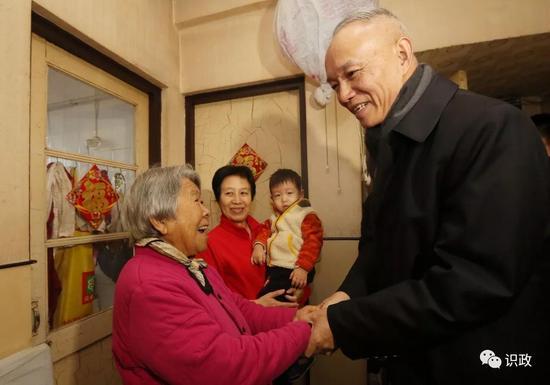 蔡奇在赵桂兰老人家中听取意见