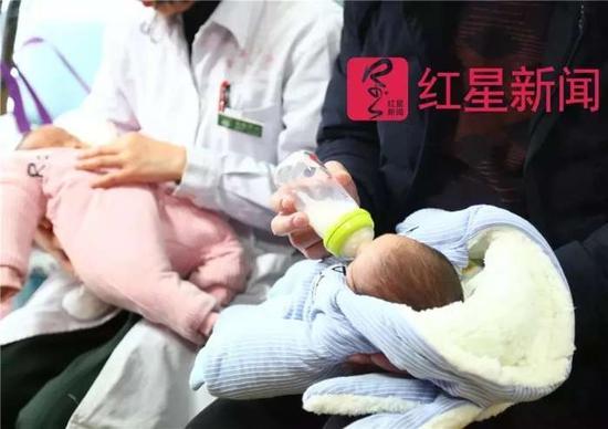 ▲庞方国给孩子喂奶。图片来源红星新闻