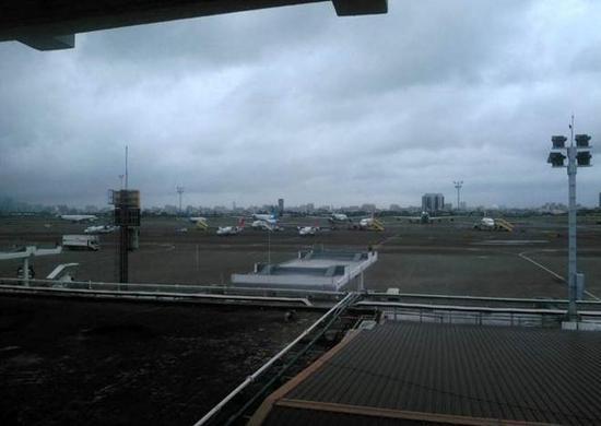 高雄小港机场航管人员乌龙,误将天边闪烁星星当成无人机入侵,暂停起降达40分钟之久。(图片来源:中时电子报)