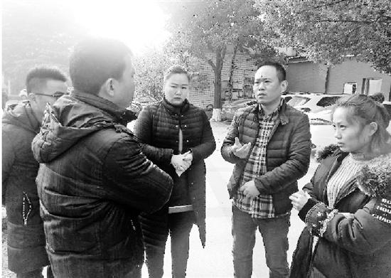 钱报记者在采访孙师傅家属。