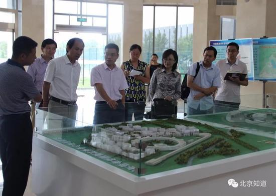 方建卿(左三)参观北京综合性国家科学中心规划沙盘。