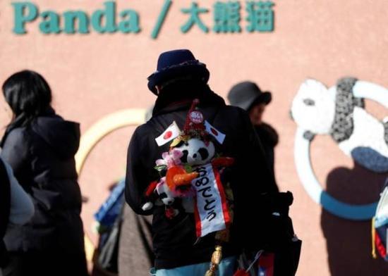 ▲12月19日,前来参观大熊猫香香的日本游客背着熊猫特别款的包 图据路透社