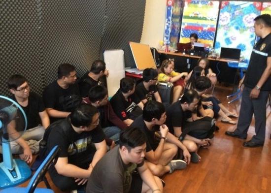 诈骗分子被越南警方抓捕。(图片来源:香港东网)
