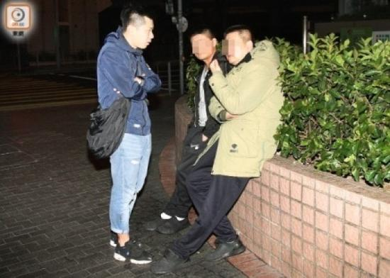4日,刘姓男子(右)与友人(左)向便装警员讲述遭抢劫的经过。(图片来源:香港东网)