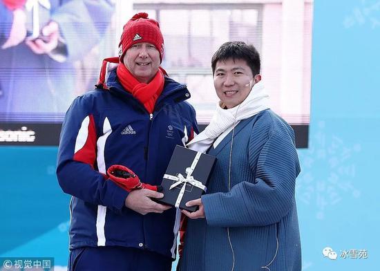 ▲韩国乒乓球奥运冠军柳承敏(右)任平昌运动员村村长。 图/视觉中国