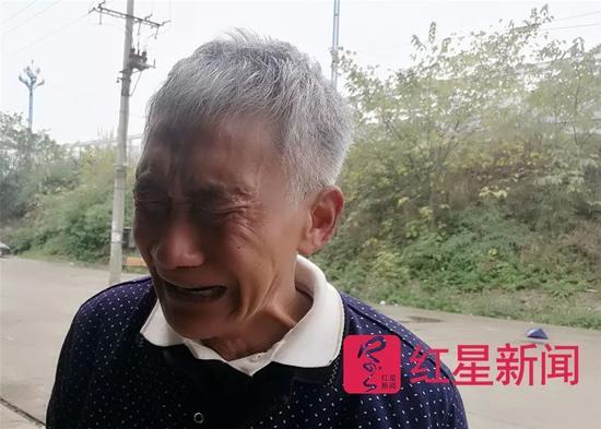 """▲老人哭着说:""""我不是骗子。"""""""