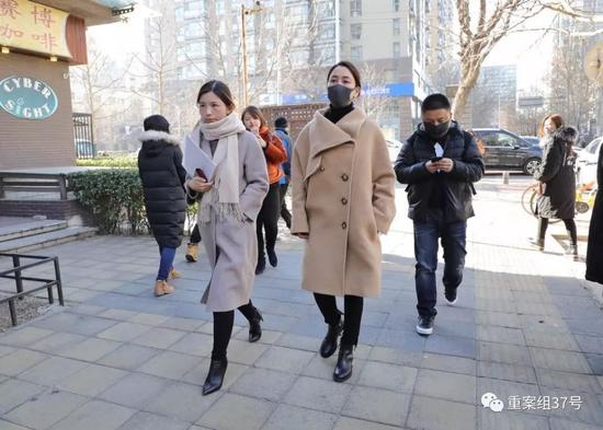 ▲1月12日下午1点半,马苏进入海淀法院,准备起诉黄毅清刑事诽谤罪。 新京报记者 王飞 摄