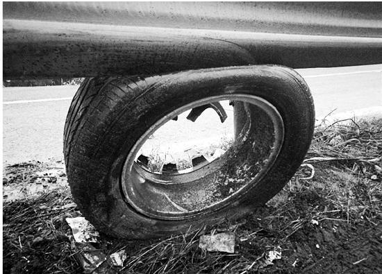 被卡在匝道的轮胎残骸。