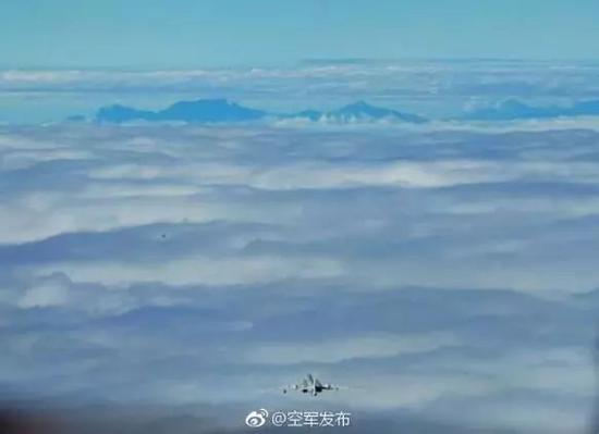 图为中国空军公布的飞行图片。