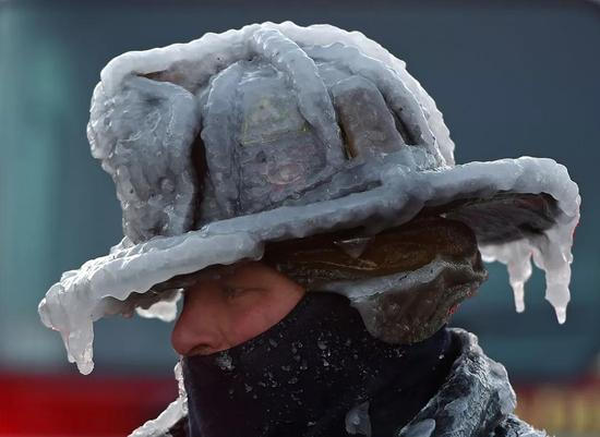 ▲1月1日,马萨诸塞州消防员Bobby Lehman的消防帽冻结成冰 图据CNN