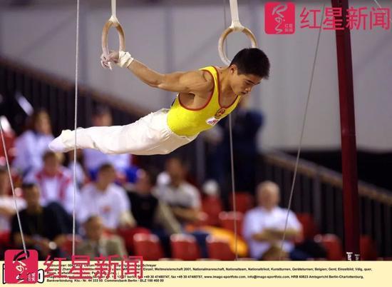 ▲2001年10月30日,比利时,体操世界杯根特站,张尚武在吊环比赛中。图据东方IC