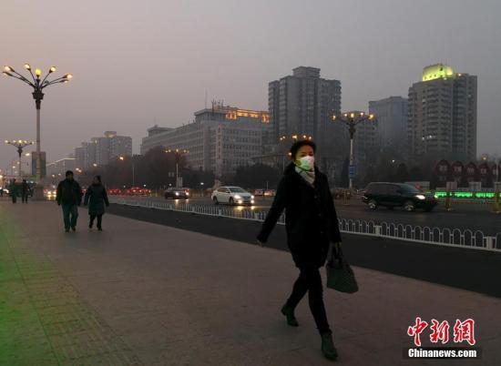 北京今日气温大跳水最高14℃ 夜间霾逐渐减弱消散