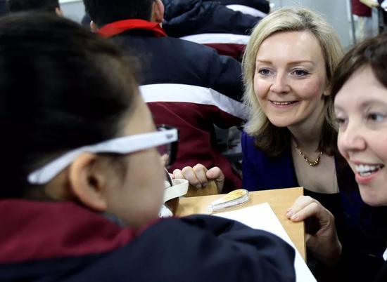 """2014年2月,英国教育部时任官员莉兹·特鲁斯在上海的小学""""取经""""。新华社记者刘颖 摄"""