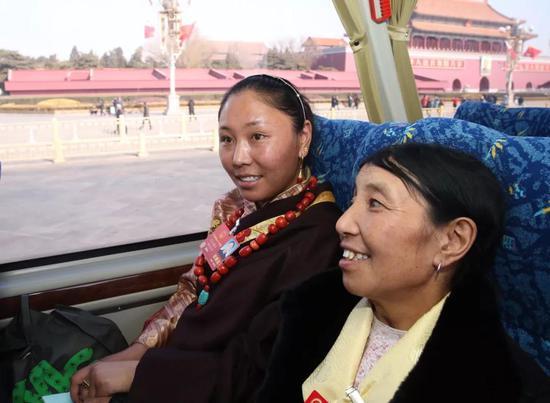 第一次到首都北京的我区全国人大代表次仁措旦(左)看到向往已久的天安门,激动之情溢于言表。记者 姚海全 摄