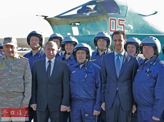 资料图片:12月11日,俄罗斯总统普京(前左二)和叙利亚总统巴沙尔(前右二)在叙利亚赫梅尼姆空军基地合影。