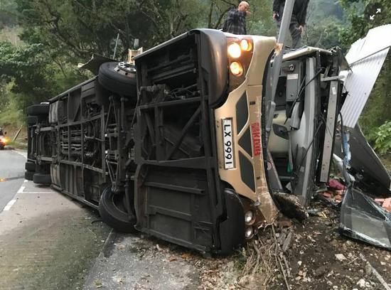 巴士车受损严重。