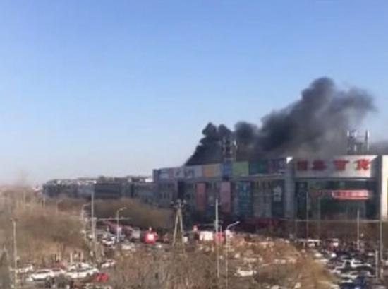 北京昌平一百货市场着火