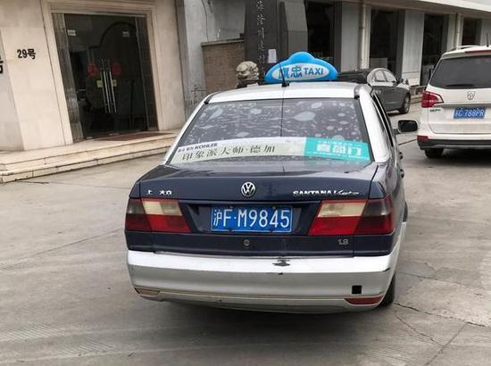 """实际出现的是这辆挂着旗忠顶灯的出租车,而且,旗忠出租确认,图上是一辆""""克隆车"""""""