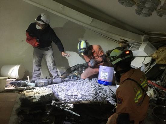 图为搜救人员接触201号房的楼地板。(来源:花莲县消防局)