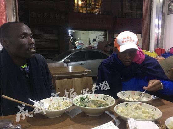 ▲吉萨斯和基缇克一边吃饭一边跟记者交谈