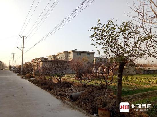 第一间平房,就是徐连彬的家。至今,他还欠着20多万元的建房款。