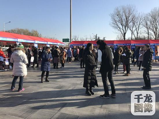 12月6日,北京市通州区在台湖举行冬季送暖就业帮扶招聘会。图为招聘会现场。千龙网记者 马文娟摄