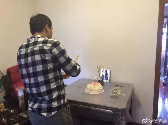 11月22日,杨丽萍30岁冥诞。家人在她的照片前,摆上了蛋糕。