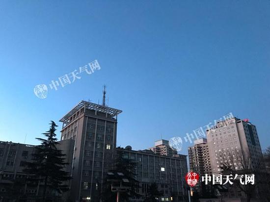 今晨,北京风力减小,依旧干冷。