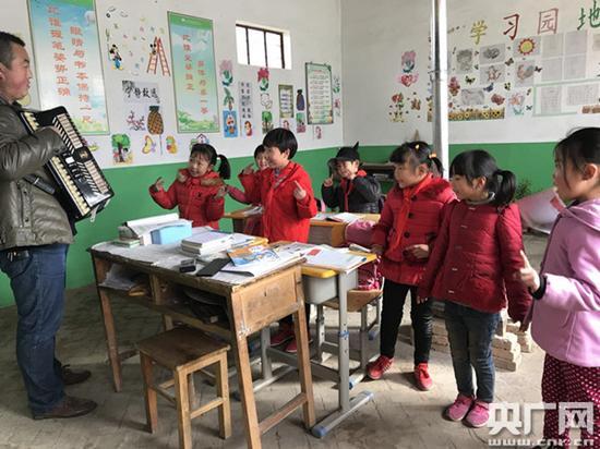 王峰峰给孩子们排练歌舞