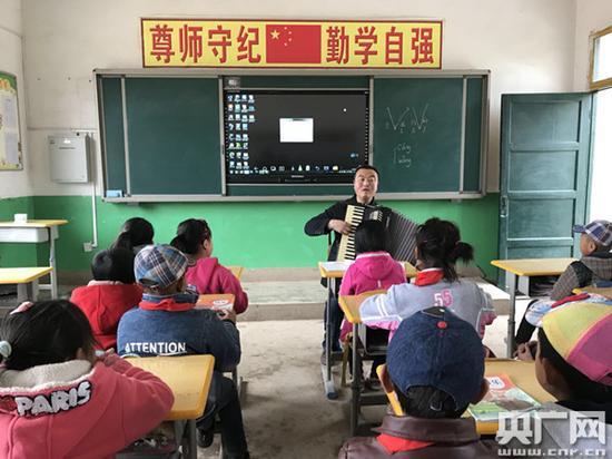 """""""走教""""教师王峰峰的音乐课堂"""