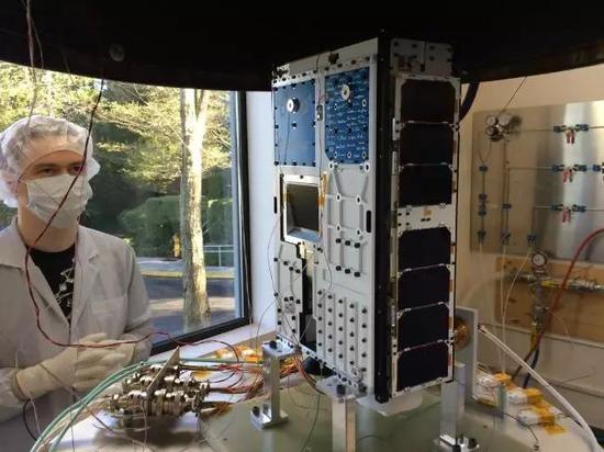 ▲一名技术担任职务的人正在测实行试试星采矿技术运用的硬件 图据Supplied