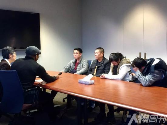 章家人接受当地媒体WCIA采访的现场图