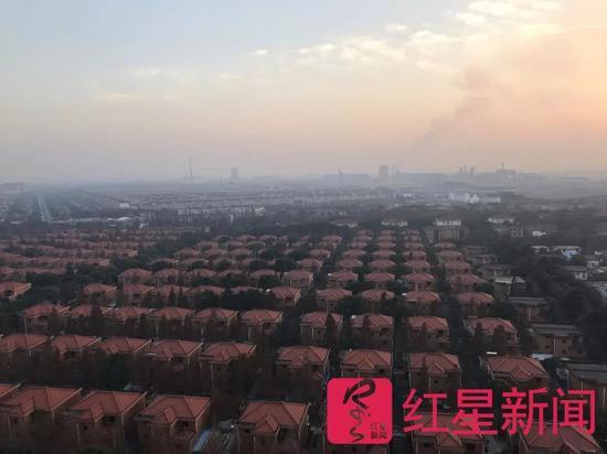 ▲华西村同一制作的别墅群  图片起源:红星消息