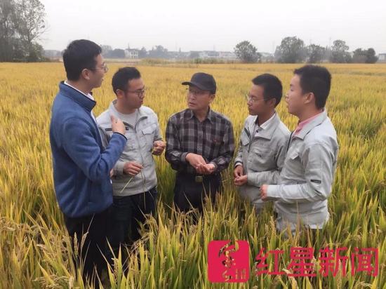 ▲史宇杰(左二)跟共事们  图片起源:红星消息