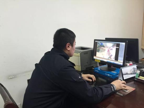 查案人民警察在检查视频文件