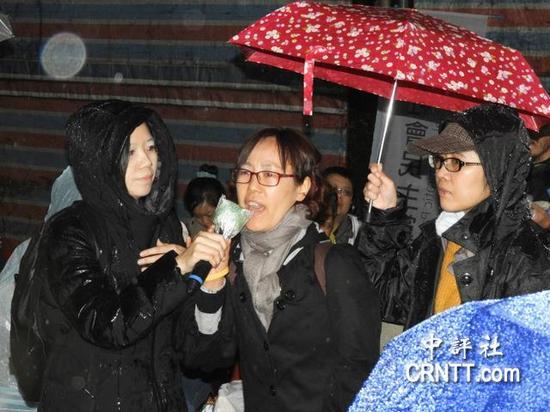 在8日晚间的抗议现场,有一名韩国民众赶来声援。(图片来源:香港中评社)