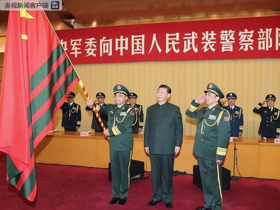 △中共中央总书记、国家主席、中央军委主席习近平向武警部队授旗