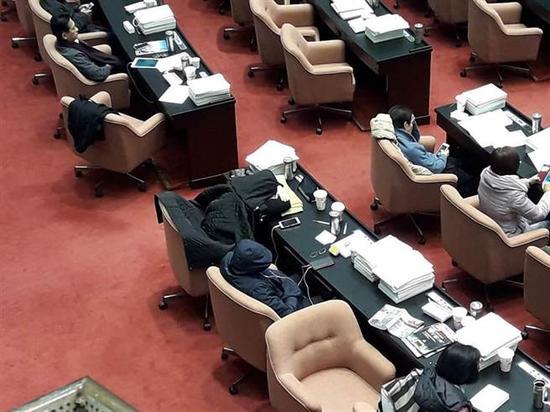 """台立法机构召开临时会处理""""劳基法修法"""",审议过程中有不少""""立委""""在底下睡成一片"""