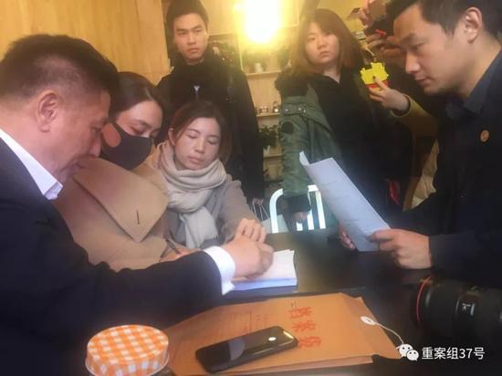 ▲在律师陪同下,马苏签署委托诉讼的各项材料。新京报记者 王飞 摄