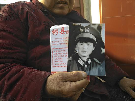 二十多年前,景喜侠穿军装拍了一张黑白照,是家中至今保留的唯一一张她的照片。