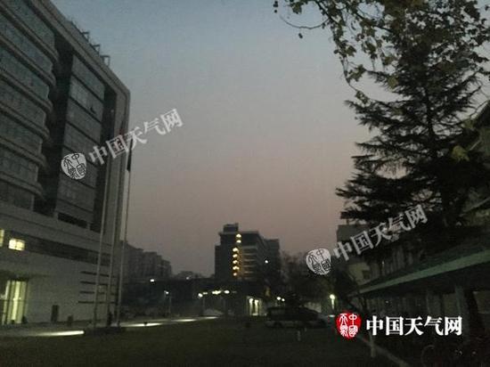 今晨7时北京海淀区天空实景。