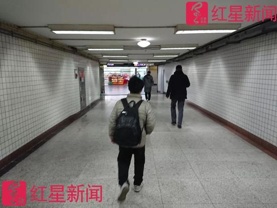 ▲走在地下通道里的张尚武  图片来源:红星新闻