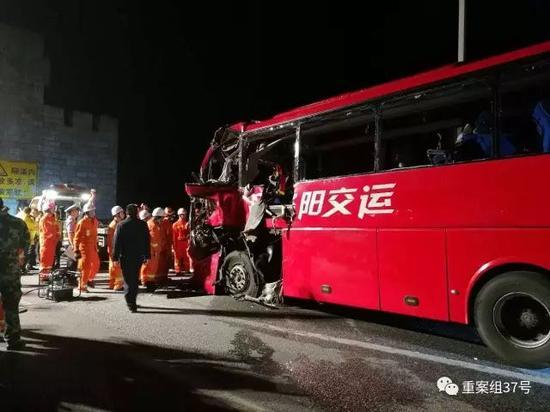 ▲ 2017年8月11日,救援人员在事故现场救援。 图片来源/新华社