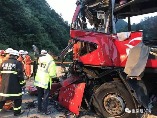 ▲2017年8月11日,救援人员在事故现场展开救援。 图片来源/新华社