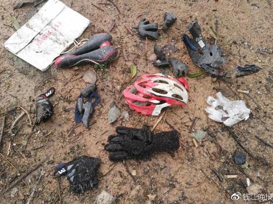 事故后遗留在现场的骑行护具。 钱江晚报 图