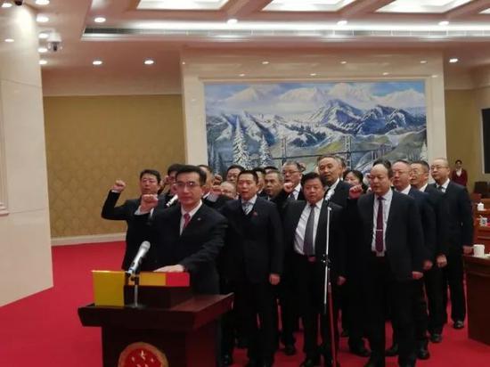 新疆维吾尔自治区新任监察委员会主任、副主任、委员进行宪法宣誓