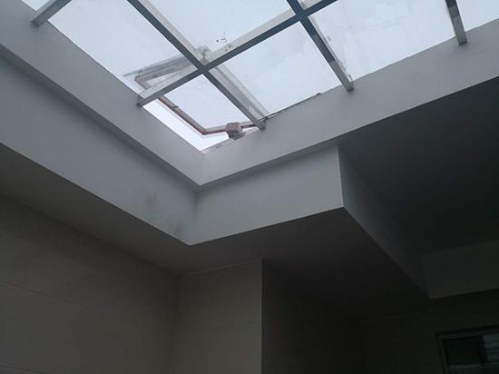天窗下夹着10万元现金。广州番禺警方供图